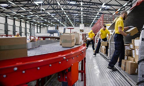 Interaksi Pekerja Gravity Roller Conveyor