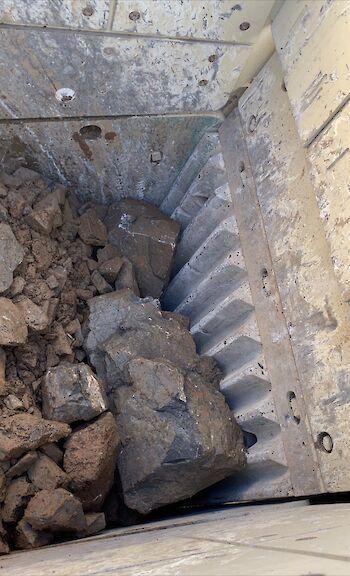 Batu Besar Menutupi Mesin Jaw Crusher